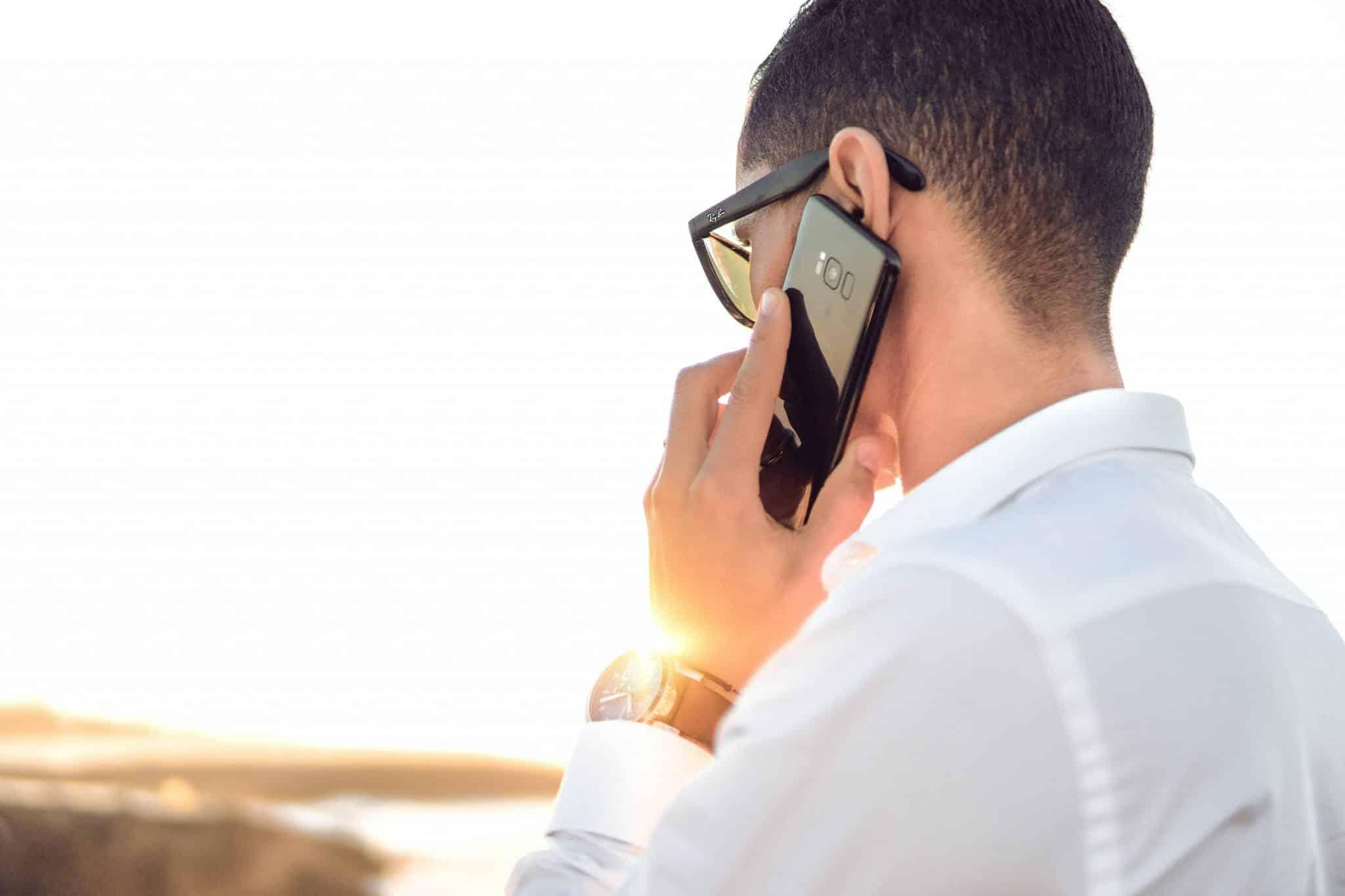 En man som pratar i mobiltelefon