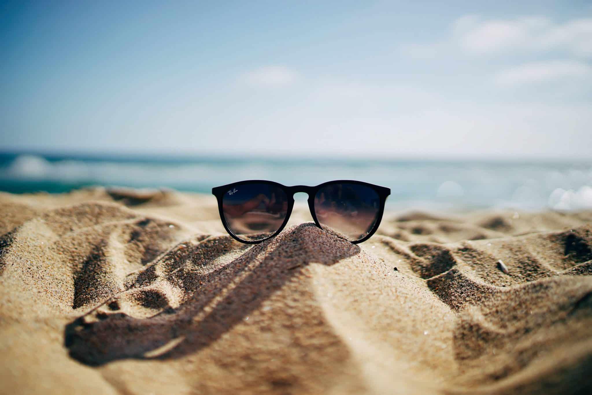 Bild på solglasögon på en strand
